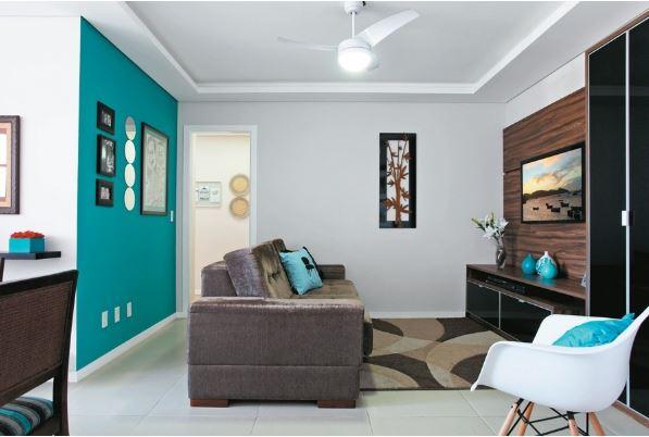 decoração sala moderna cor forte na parede